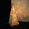 Drevená pyramída so svetlom